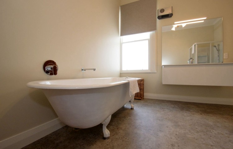 Large roll-top bath